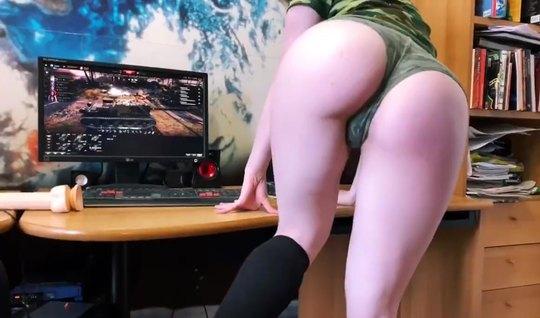 Красотка спускает с себя трусики во время домашней мастурбации кончает в онлайн эфире