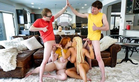 Мамка с рыжими волосами и ее подруга блондинка подарили сыновьям групповой секс
