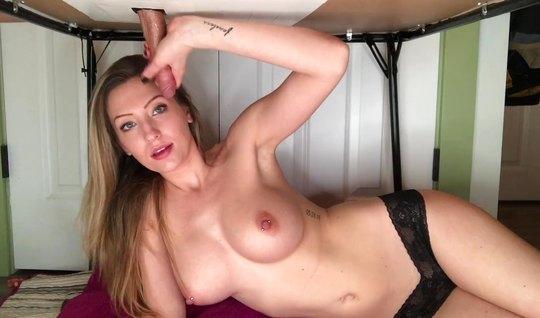 Красивая девушка в чулках и черных трусиках дрочит член и делает минет под столом