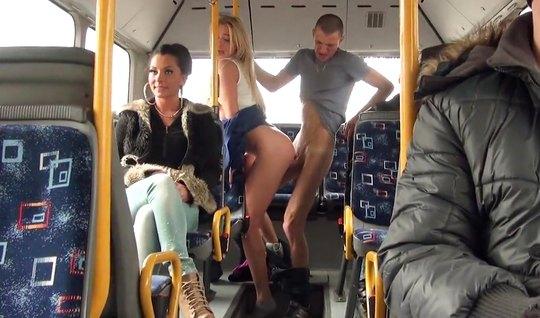 Девушка и ее парень решили на публике заняться сексом посреди полного пассажирами автобуса