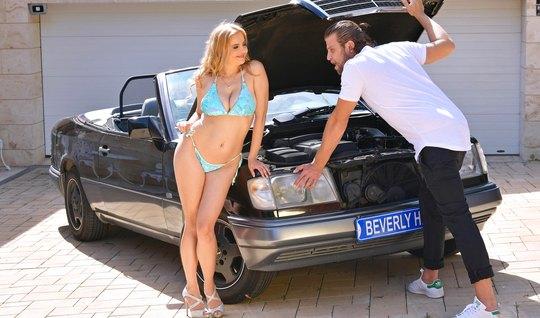 Блондинка с большими дойками прямо у машины раздвигает ноги для секса