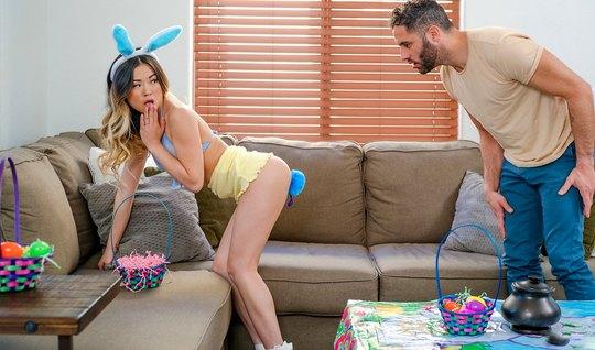 Худенькая азиатка в костюме кролика подставляет сочную дырку для секса
