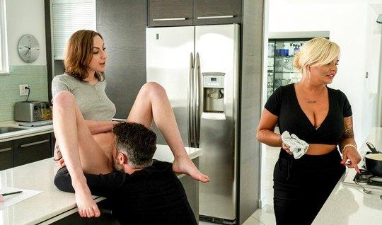 Брюнетка после куни на кухне наслаждается толчками твердого члена в мокрую щель