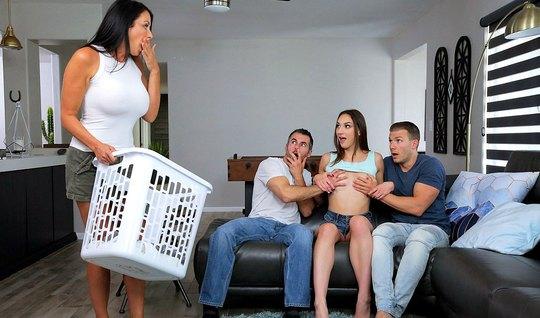 Мамка и ее дочка решили подарить своим мужчинам на диване групповое порно