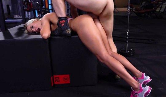 Блондинка подставляет сочную попку для глубокого анала с тренером в зале