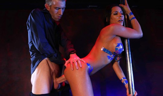 Красотка Мэдисон Айви с большими дойками доводит своего клиента до оргазма...