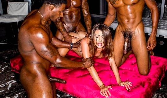 Сексуальная Адриа Раэ получила от негров двойное проникновение и анальный оргазм...