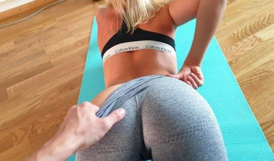 Блондинка в лосинках стоит раком и кончает от секса от первого лица